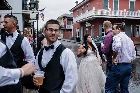 Antes del huracán, esta pareja decidió seguir su celebración de boda en...