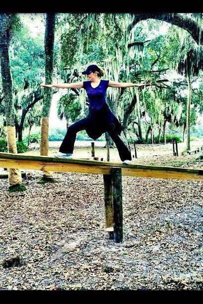 Hasta en el parque es capaz de mostrarnos sus mejores posturas, ¿qué tal...