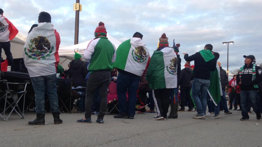 Con la bandera azteca como cobija por el duro frío en Columbus.