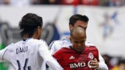 El delantero Robert Earnshaw, del Toronto FC, (uniforme rojo) fue nombra...