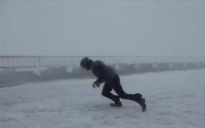 Un hombre desafía vientos de 68 millas por hora