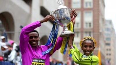 Los dos ganadores del maratón posan para una fotografía.