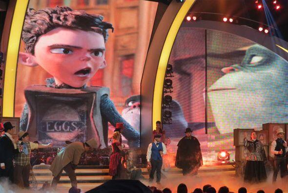 Mientras los chicos cantaban, al fondo podíamos ver escenas de la película.