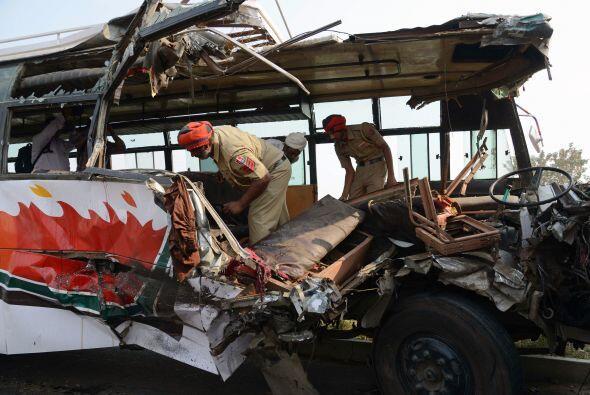 El autobús de lujo se estrelló contra una barrera de contención y estall...