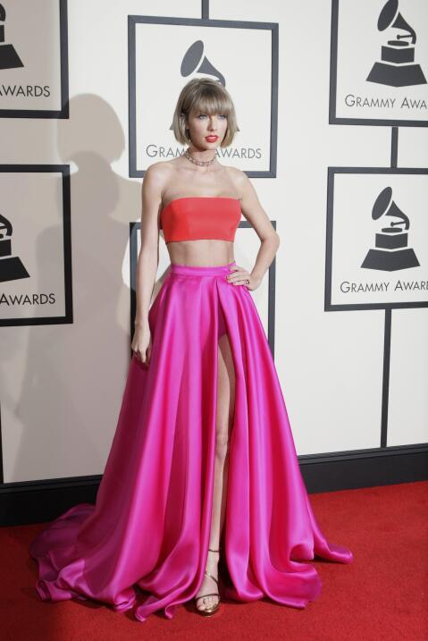 Taylor Swift en la alfombra roja de la entrega 58 de los Grammy Awards e...