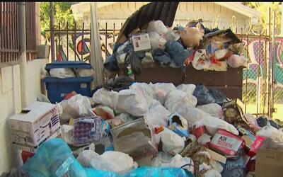 Residentes en el sur de Los Ángeles se quejan por la excesiva acumulació...