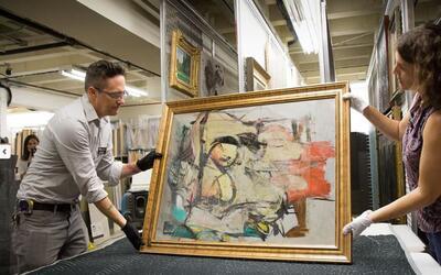 La pintura recuperada de Willem de Kooning examinada por el personal del...