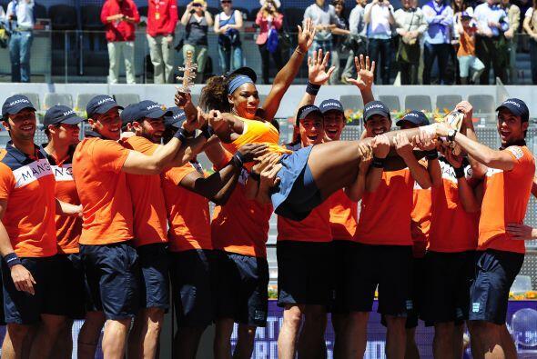 La campeona defensora Serena Williams venció a María Shara...