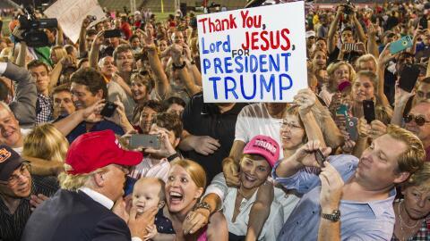 Seguidores del candidato Donald Trump durante un mitin en Mobile, Alabam...