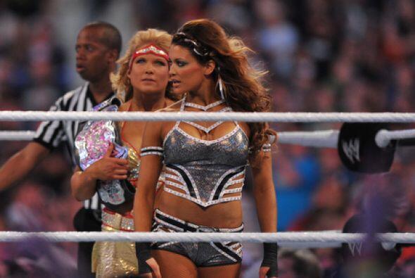 Enfrente estaban las favoritas Eve Torres y la fuerte Beth Phoenix.
