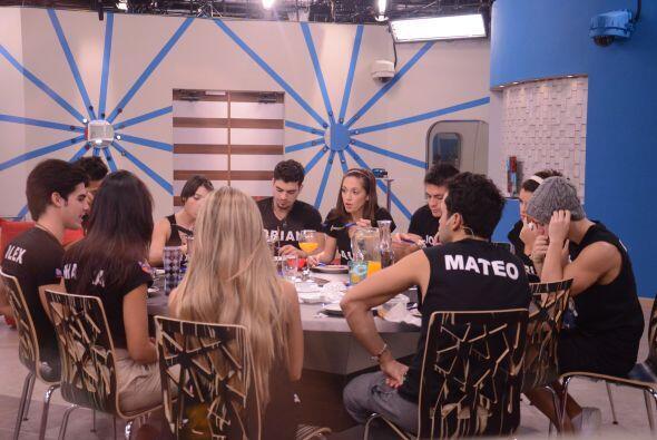 Al mediodía, los Protagonistas almuerzan juntos y conversan de todo un p...
