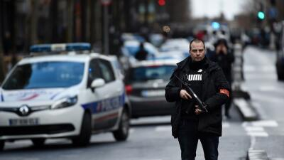 Policía francés en los alrededores de donde se produjo el...