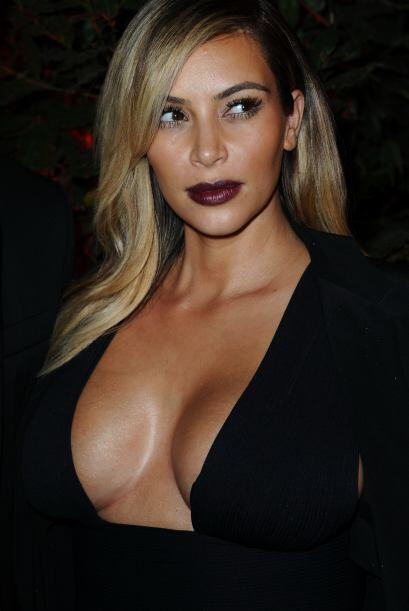 Parece que el 'look dark' de Kim Kardashian no quedó en el olvido y regr...