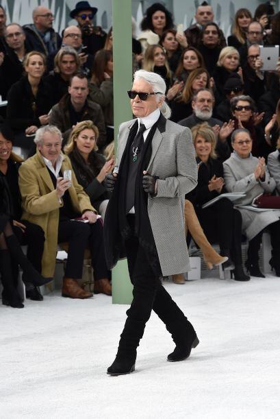 Karl Lagerfeld muy orgulloso de la presentación que ofreció.
