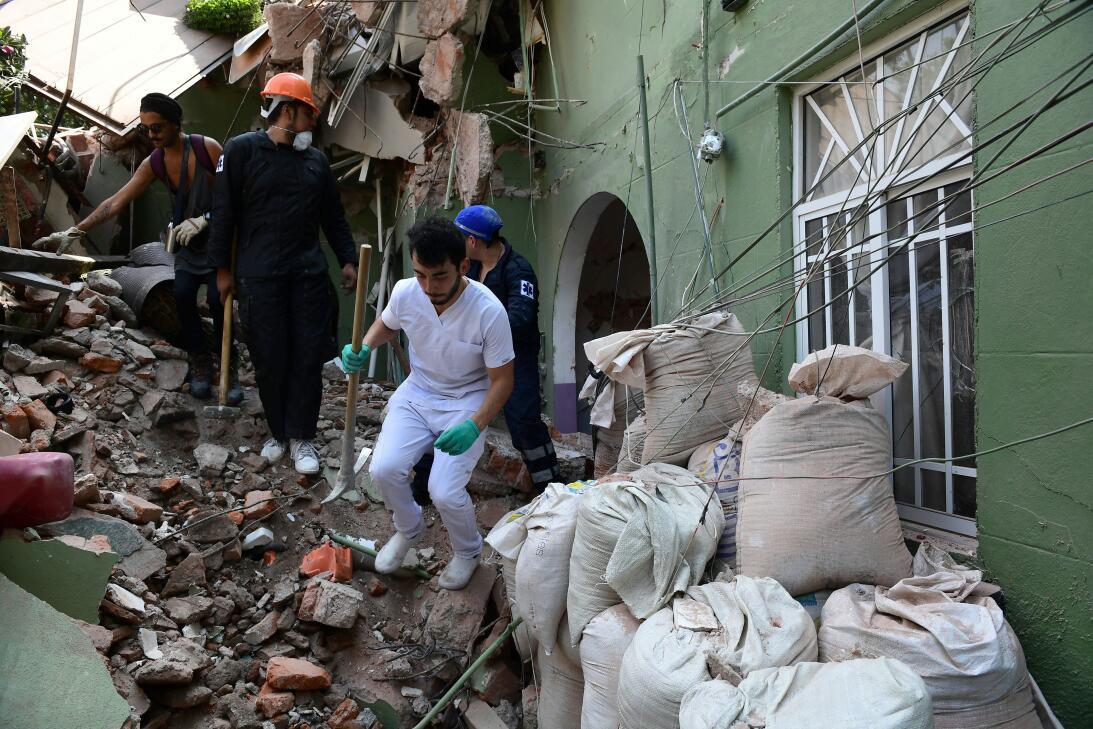 Personal de rescate busca sobrevivientes en un edificio que se derrumbó...