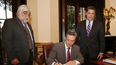 Alejandro García Padilla firmó la nueva política sobre la posesión de la...