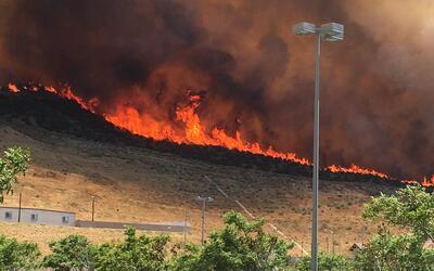 Las llamas del incendio #PlaceritaFire amenazan viviendas en Santa Clarita.