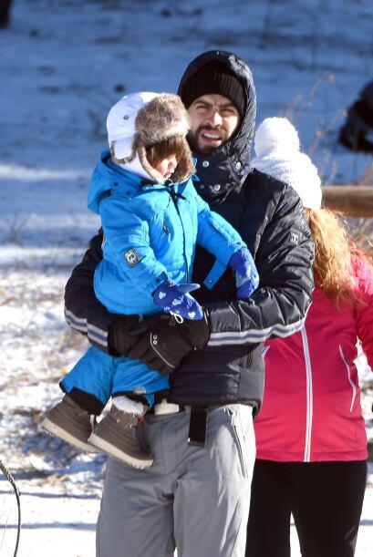 Gerard llevó en brazos a su primogénito e iban muy bien abrigados.