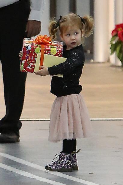 Jessica Alba aceptó la ayuda de su pequeña, que muy entusiasmada cargó l...
