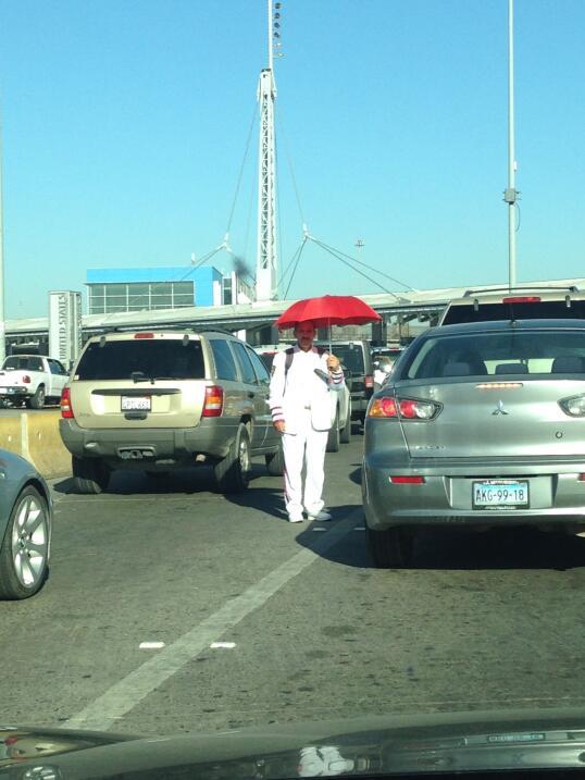 Un hombre pide donaciones a los automovilistas que se dirigen a Estados...