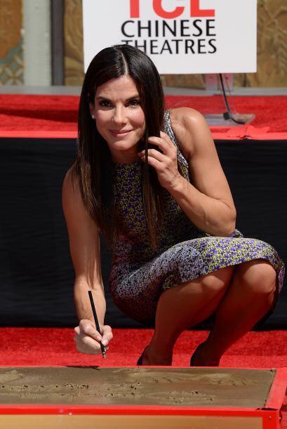 Sandra mientras ponía su nombre en el cemento fresco.