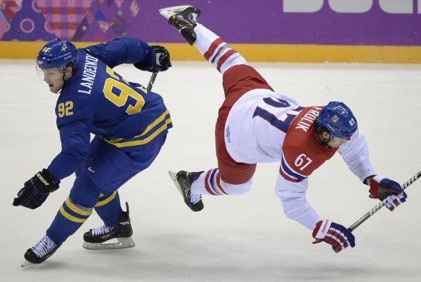 Gabriel Landeskog de Suecia, compite con el checo Michael Frolik duran...