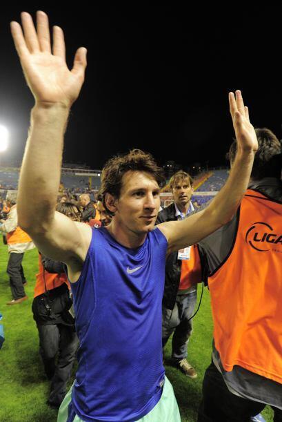 Messi terminó sin su playera, que se la regaló a los aficionados que los...