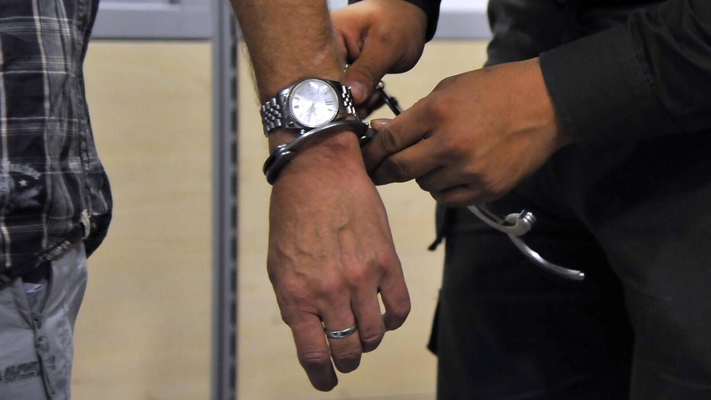 Arrestan a tres personas en el aeropuerto de Los Ángeles por intentar vi...
