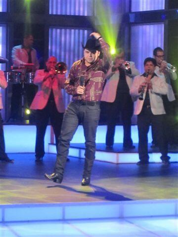 Gerardo llegó para interpretar uno de sus éxitos.