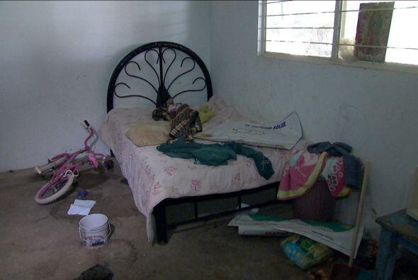 En uno de los cuartos había prendas de vestir y diversos objetos revuelt...