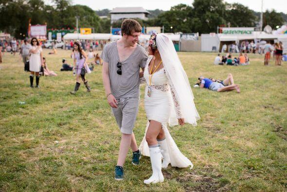 No podía faltar el velo y aunque la novia llevaba un atuendo modesto, el...