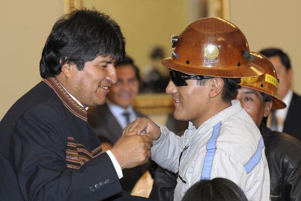 El boliviano Carlos Mamani, único extranjero de los 33 mineros rescatado...