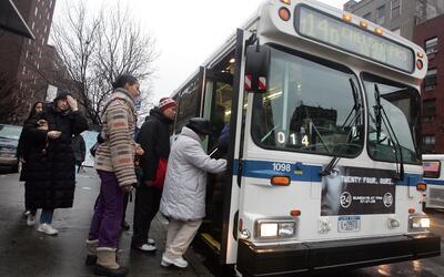 Pasajeros abordando uno de los buses del sistema de transporte pú...