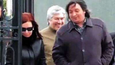 Cristina Kirchner, su hijo Máximo, y Lázaro Báez detrás, salen del mauso...