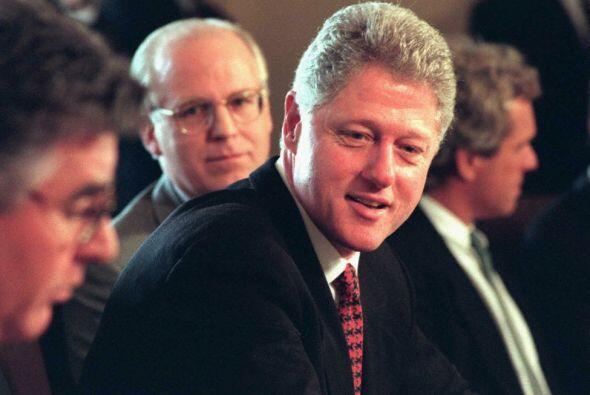 La polémica medida fue impuesta en 1993 por el entonces presidente Bill...