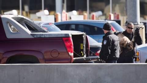 Agentes federales revisan una camioneta en la frontera México-Est...