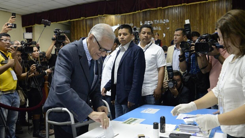 El presidente Alejandro Maldonado emitiendo su voto