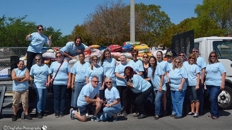 Grupo de voluntarios de organizaciones de rescate provenientes del centr...