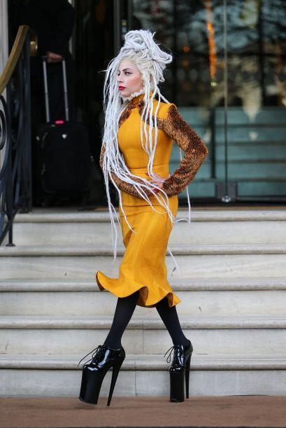 Nicki Minaj por lo menos sigue un patrón de prendas en colores alegres y...