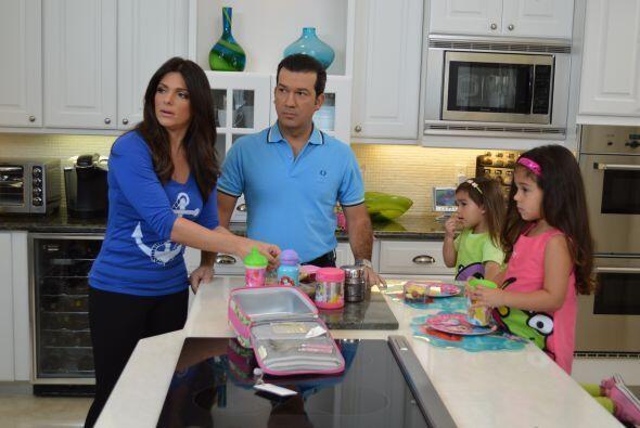 Bárbara y Mario son los orgullosos padres de Camila Andrea, a la izquier...