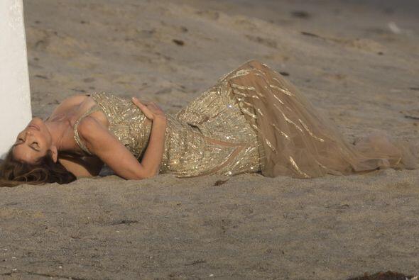 La diva posó como solo ella sabe en la arena de Malibú.