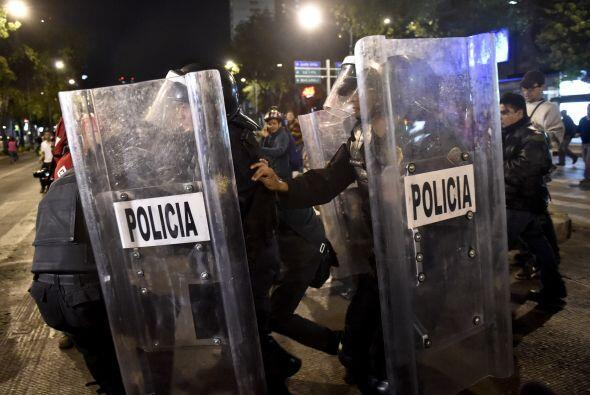 La policía antidisturbios arresta a un manifestante durante la protesta.