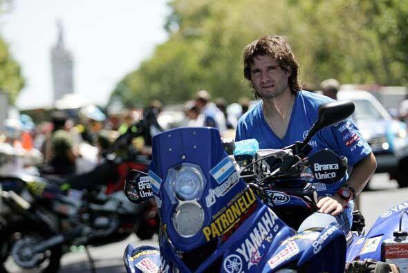 El argentino Marcos Patronelli con su moto en la avenida 9 de Julio dura...
