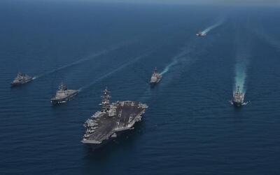 La Marina de EEUU muestra imágenes del desplazamiento de buques de guerr...