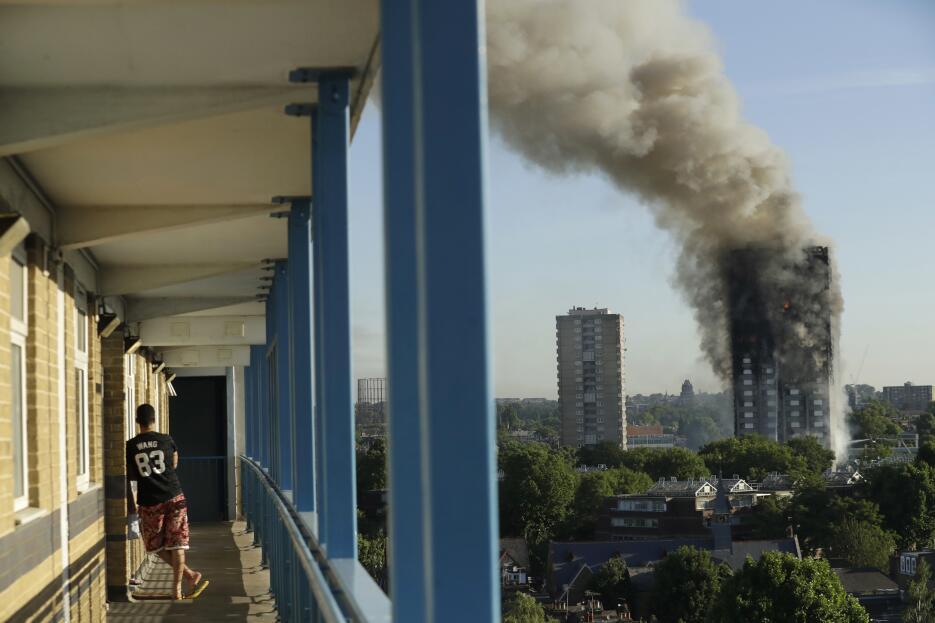 Una imagen desde lejos de la torre residencial incendiada esta madrugada...