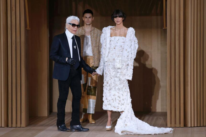 Al final del desfile, Karl Lagerfeld con su más preciada pieza.