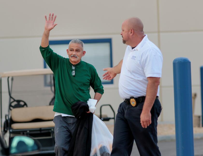 El mexicano permaneció bajo custodia durante seis meses. ICE lo puso en...