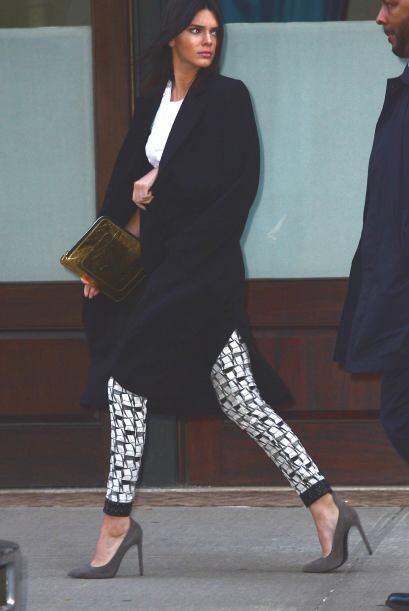 Para un evento más casual 'stilettos', 'jeans' ajustados y maquillaje li...