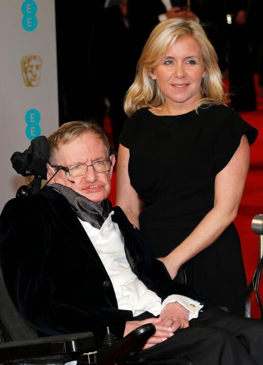 Junto a su hija Lucy al llegar a la los premios británicos al cin...