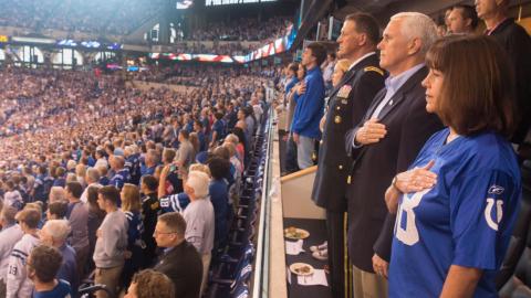 El vicepresidente Mike Pence y su esposa en el juego de los Colts de Ind...